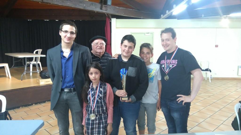 Les champions du tournoi avec le président Max Sanguine.